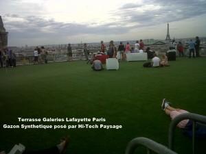Toit terrasse galeries lafayette Paris recouvert de gazon synthetique de chez Hi Tech Paysage pour tout renseignement 06 22 44 03 14